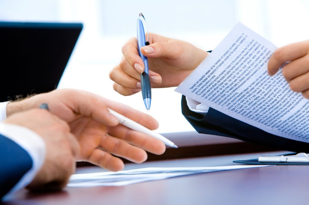 Signing a deal after getting accurate quotes from moving companies in Texas