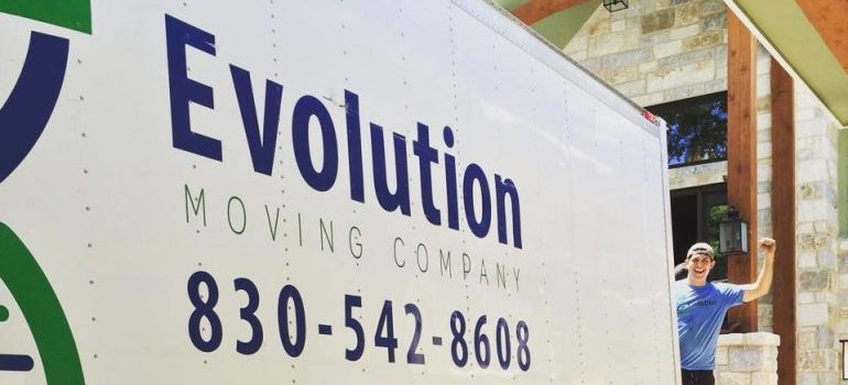 a mover behind the Evolution moving company truck